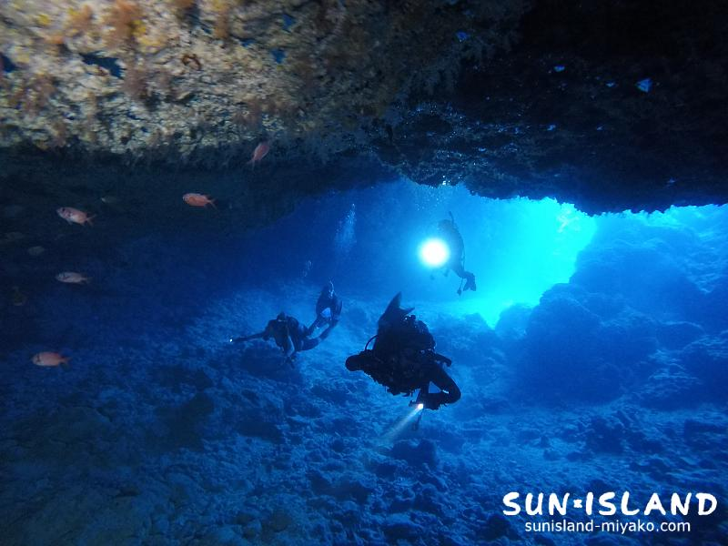 洞窟探検するゲスト