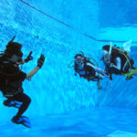 水中での流線型に泳ぐダイバー