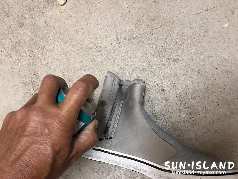 ブーツのファスナーにシリコンスプレー噴霧