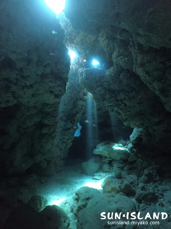 光の差し込みがキレイな洞窟