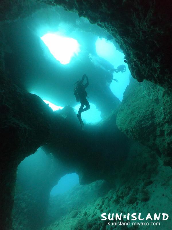 穴の造形美が美しい『アントニガウディ』