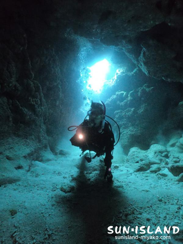 コントラストが映える洞窟ダイビング